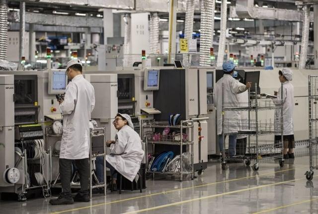 傳美國高科技公司要求員工,停止與華為的同行談論技術。圖為華為深圳工廠。(Kevin Frayer/Getty Images)