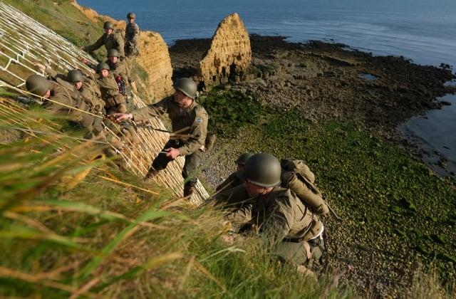 6月5日,美國陸軍遊騎兵隊攀登法國諾曼第奧克角的鋸齒狀懸崖。(Sean Gallup/Getty Images)