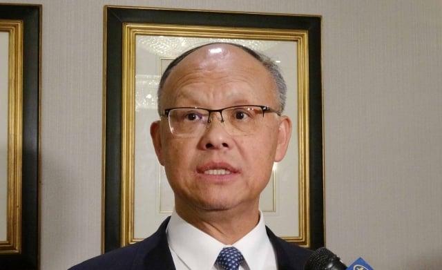 行政院政務委員鄧振中表示,對於台美貿易協定洽簽永遠抱持樂觀。(中央社)