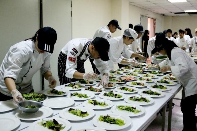 弘光科技大學4個社團舉辦「夏季戀歌」聯合成果發表會,總共準備110份的套餐,8道佳餚只要100元。(弘光科大提供)