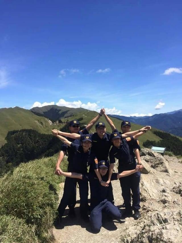 南投縣警局仁愛方局員警在合歡山擺出時下流行的星芒合體照。
