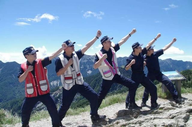 南投縣警局仁愛方局員警在合歡山合影。