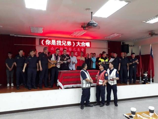 仁愛分局員警自組的樂團在警察節慶祝會上領唱,場面溫馨。