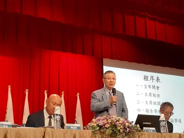 緯創資通董事長林憲銘(中)12日在股東會表示,受美中貿易戰波及,今年全球消費市場缺乏刺激性需求,能維持去年的水準就不錯了。(中央社)