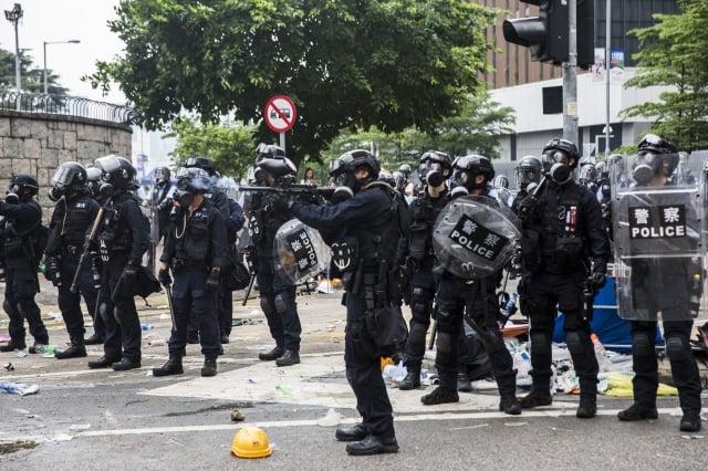 12日下午香港警民間爆發數次衝突,警方更一度對民眾開槍,多人受傷送醫。(ISAAC LAWRENCE / AFP)