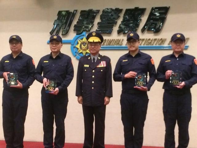 刑事警察局長黃明昭(中)表揚當選模範警察人員:偵查正黃祺瑋(左一)、張基銘(左二)、偵查員劉鎧銘(右二)、警務佐王昌暉(右一)