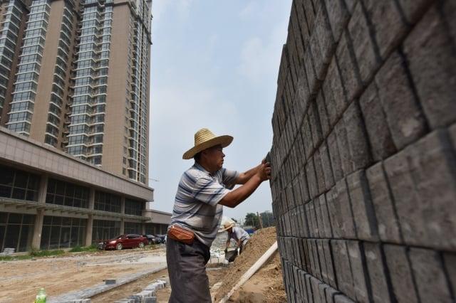 中共銀保監會主席郭樹清表示,近期城市住戶槓桿率飆升,居民負債率達到難以維持的程度。(Getty Images)