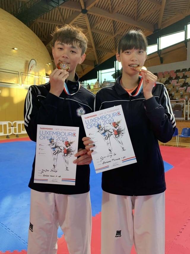 黃鈺仁(左)、羅嘉翎(右)在2019盧森堡跆拳道公開賽分別奪下金牌。(中央社)