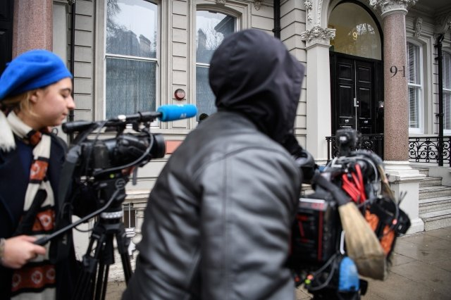 對美國總統川普的「通俄門」調查,始於英國前情報員史蒂爾撰寫的一份文件。圖為2017年1月12日,媒體守在英國倫敦史蒂爾開的公司外。(Getty Images)
