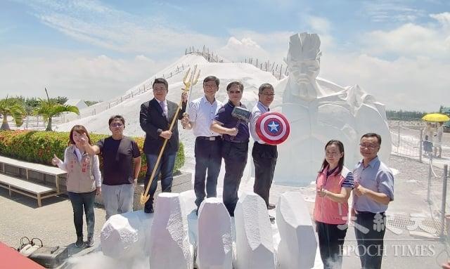 雲嘉南管理處長徐振能(左5)、台南市觀旅局長陳信安(左6)等來賓站在巨掌上,為「鹽巨人」造勢。(記者賴友容/攝影)