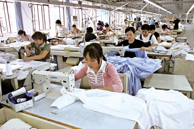 在中國經濟持續下滑,內需疲軟,貿易戰關稅持續緊逼,外貿停滯的情況下,中國的紡織服裝業停產關門倒閉不計其數,已深陷困境。(Getty Images)