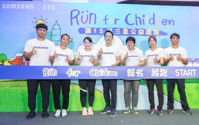 郭婞淳(左三)和譚雅婷(右二) 邀大家一起報名三星公益跑路,健身還可以做公益。(台灣三星電子提供)