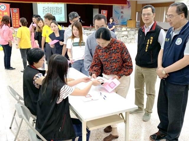 透過模擬投票課程,讓新住民實際體驗領票及投票流程。