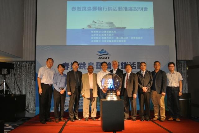 台灣遊輪產業發展協會理事長耿揚名(左8),看好台灣及周邊大小島嶼各自擁有多變的地質及豐富生態,計畫發展台灣成為遊輪旅遊的天堂。(記者周美晴/攝影)