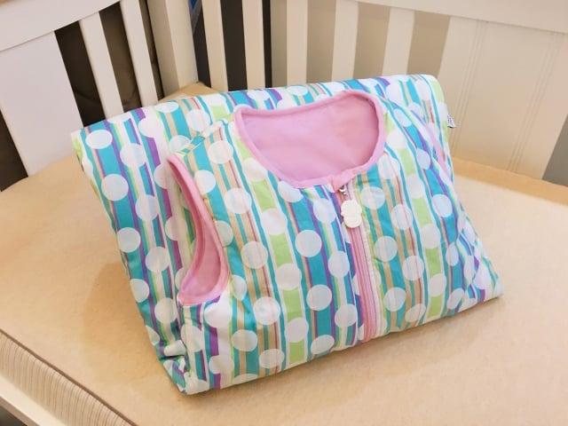 寶寶在夏季半夜容易熱醒,在冷氣房又容易踢被子感冒,可以穿用防踢背心。(品牌提供)