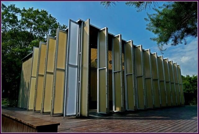 紙教堂Paper Dome位於桃米生態村,原為1995年的日本阪神大地震後,阪茂建築師為倒塌的鷹取教會,建造了一座紙管教堂,做為暫時禮拜的聚會所。(攝影/鄭清海)