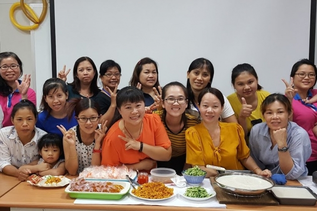 越南籍新住民張秀琴帶領學員製作家鄉口味的越式粿。(清水戶政事務所提供)