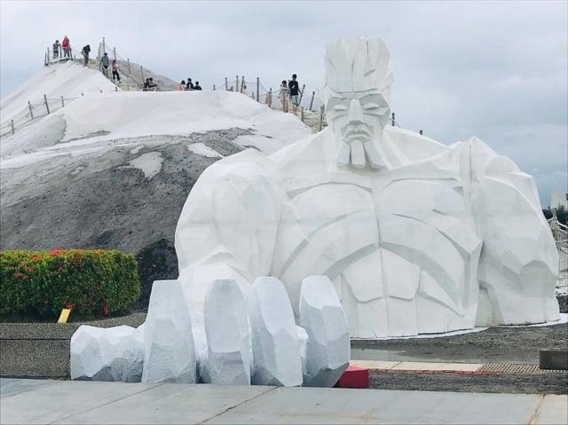 一見雙雕藝術季鹽雕展主題之鹽巨人。(南市觀旅局提供)