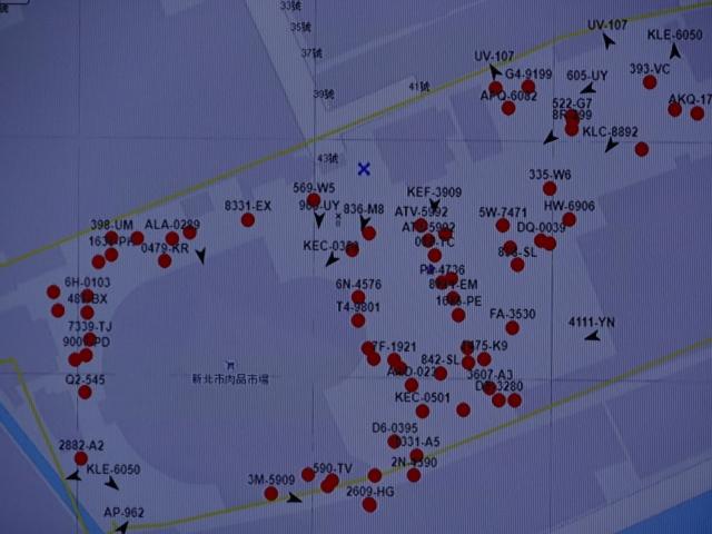 肉品市場內運輸車輛追蹤,箭頭為行駛中、紅點為未發動、打叉為未安裝GPS車輛