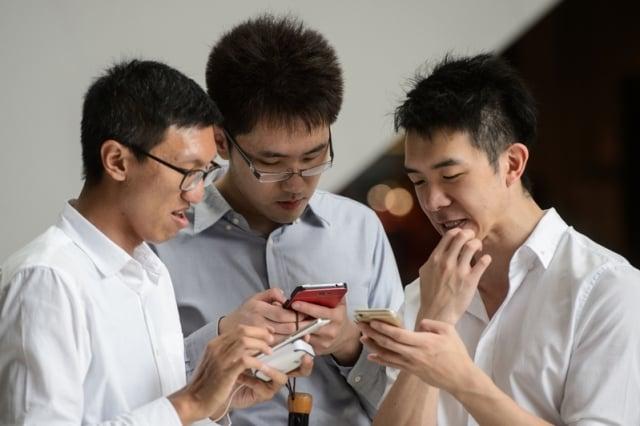最新研究還發現,手機等電子設備正在危害人類骨骼的生長或使其變異,而最大受害者是年輕人。(Getty Images)