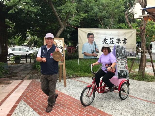 鎮長吳秋齡復古踩著三輪車現宣傳羅東藝穗節。