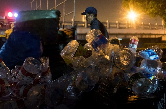 上海7月1日強制實施垃圾分類新規。有市民表示,真正的民生問題中共不關心,運動式強制搞垃圾分類是愚民手段,故意折騰老百姓。(Getty Images)