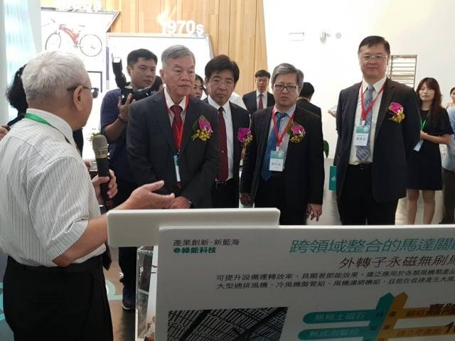 經濟部部長沈榮津參觀「突破競爭,邁向新藍海」特展
