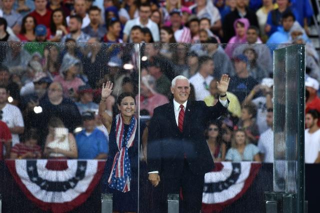 美國副總統彭斯夫婦出席7月4日在林肯紀念堂前的慶祝活動。(AFP/Getty Images)