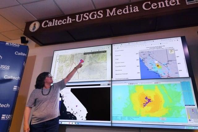 7月4日地震學家瓊斯就剛當天發生的強震,在加州理工地震實驗室向媒體簡報。(AFP/Getty Images)