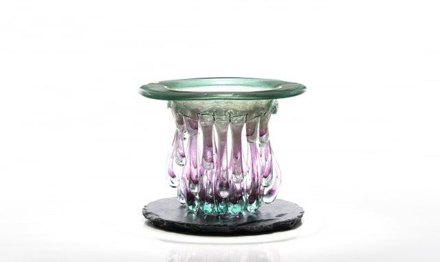 以紅銅、玻璃、琺瑯、鐵絲網、石頭為媒材的「流光之器」系列7號作品。(葫蘆墩文化中心提供)