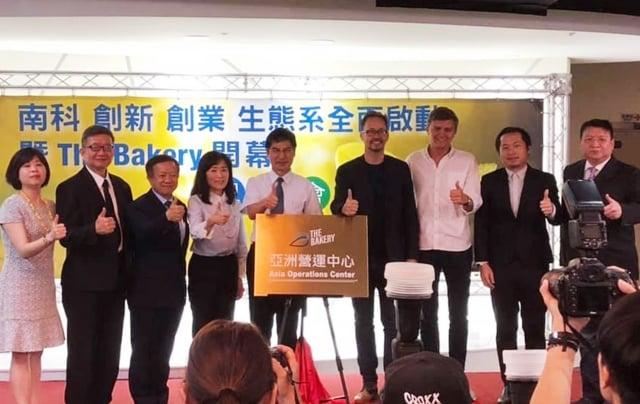 科技部長陳良基(右5)9日出席The Bakery亞洲營運中心揭牌,盼透過這次合作引入資金、資源與人脈,為台灣的新創環境注入更多的能量。(中央社)