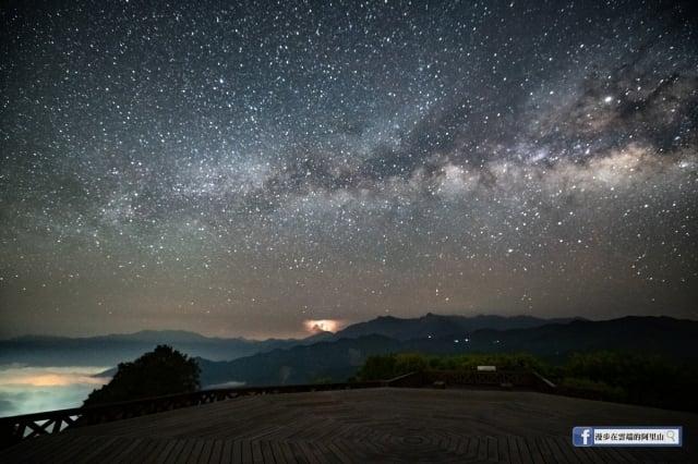 4月30日當晚,阿里山能見度超級好,黃源明再度到小笠原山,銀河、星空、雲海、閃電、夜景、琉璃光,一次滿貫到位,一次超大滿足!他也感謝上天,在他生日這天,送給他難得一見的生日大禮。