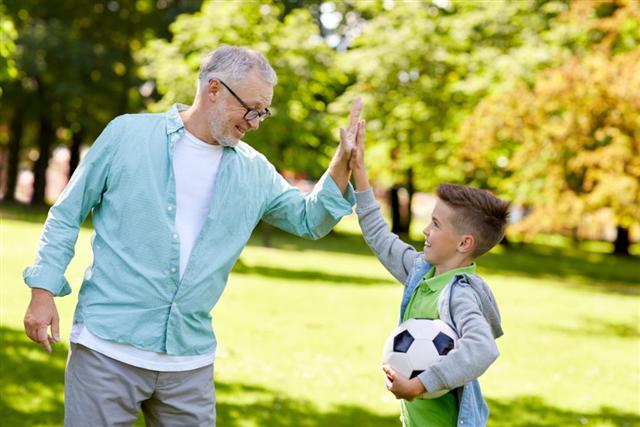 過簡單的生活,和子孫一起玩耍。(Shutterstock)