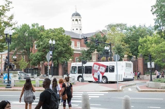 哈佛大學擊劍教練布蘭德疑似將房子高價賣給學生家長,並讓特定學生進入擊劍隊。圖為哈佛大學校園。(Getty Images)