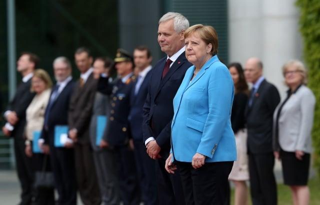 德國總理梅克爾(右)在在柏林迎接芬蘭總理到訪時第三次出現全身顫抖的症狀。(Getty Images)
