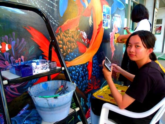 頂著高溫完成彩繪,台東女中高三美術班學生莊淳安覺得很有成就感。
