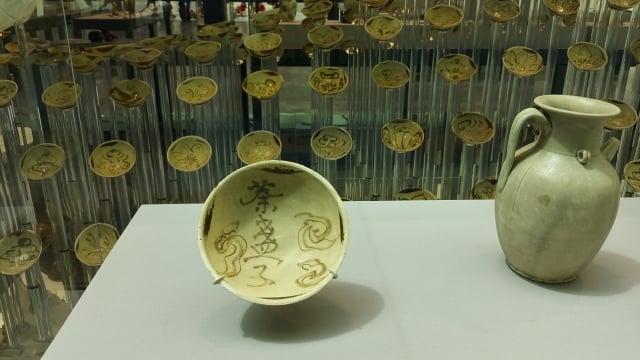 唐朝長沙窯製,寫有「荼(茶)盞子」的碗。(大紀元資料室)