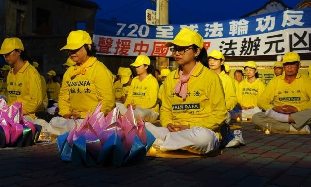 法輪功學員點亮燭光,一同悼念這20年來在中國被迫害致死的同修。