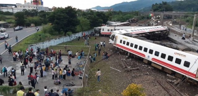 2018年10月21日,台鐵6432次普悠瑪列車在宜蘭蘇澳的新馬車站附近意外出軌翻覆,造成車上乘客18死215傷。資料照。(中央社資料照)