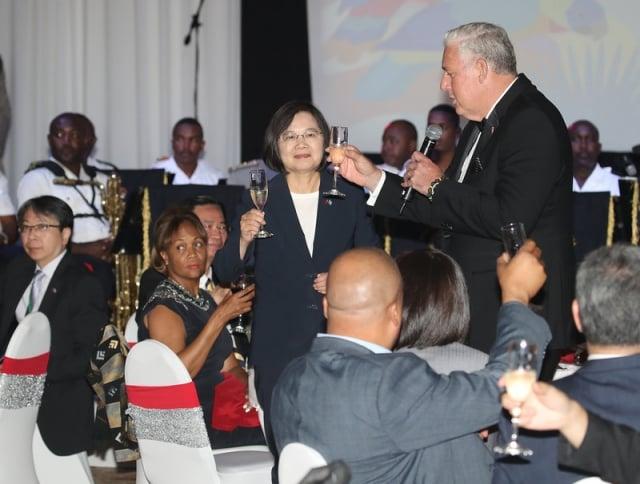 總統蔡英文(中左)訪問聖露西亞,宴請露國政要及館團員眷,與露國總理查士納(Allen Chastanet)(中右)一同敬酒。(中央社)