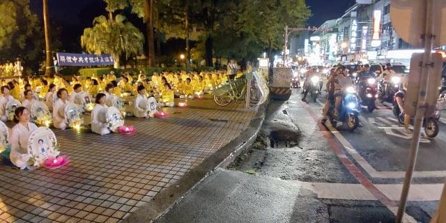 台南燭光悼念會在交通擁擠的東寧公園廣場進行,讓更多人看見。(記者賴友容/攝影)