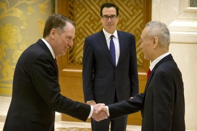圖為2月14日,美國貿易代表萊特海澤(左起)、財長梅努欽和中共副總理劉鶴在北京會談前合照。(MARK SCHIEFELBEIN/AFP)