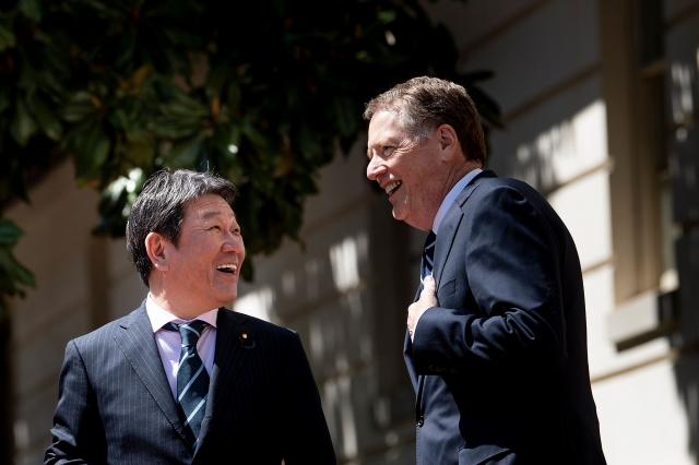 日本經濟大臣茂木敏充(左)將在華盛頓與美國貿易代表萊特海澤(右)見面。(Brendan Smialowski / AFP)