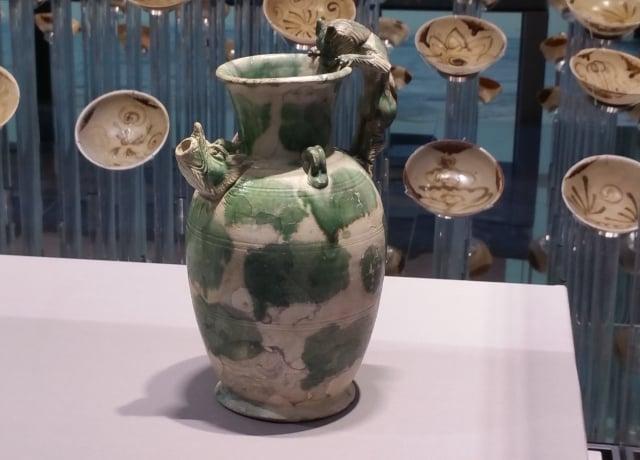 白釉綠彩虎柄龍嘴執壺,唐代鞏縣窯。(大紀元資料室)