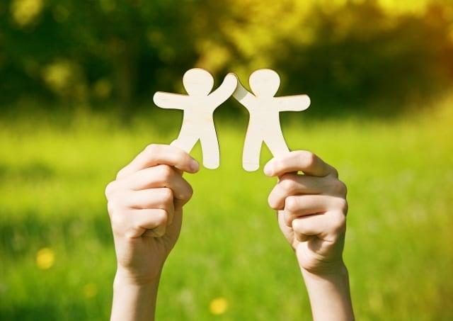 純真不會因為社會化而遺落,畢竟人與人還是存在著相互依存的關係。(123RF)