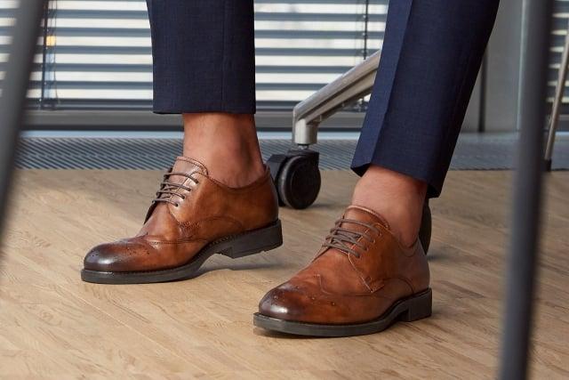 英倫風雕花皮鞋為商務型爸爸工作穿搭升級。(品牌提供)