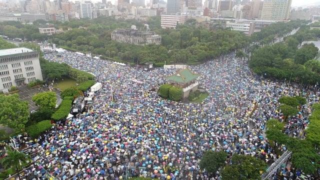 6月23日,台灣數十萬民眾上凱達格蘭大道反紅媒。(大紀元)