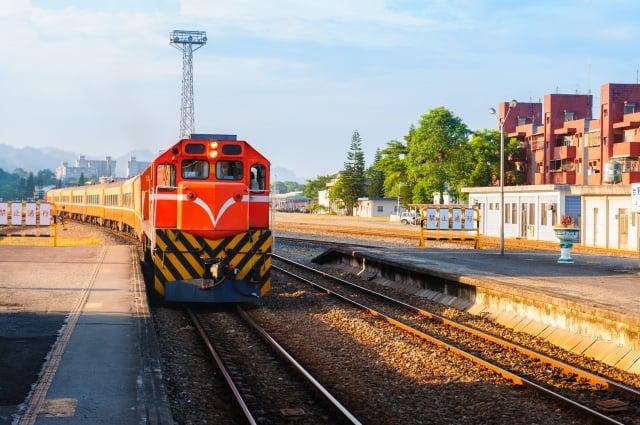 望著窗外的景物,思緒也隨著天馬行空地想像。隆隆的火車聲帶領我遨遊另一片美麗的土地。(fotolia)