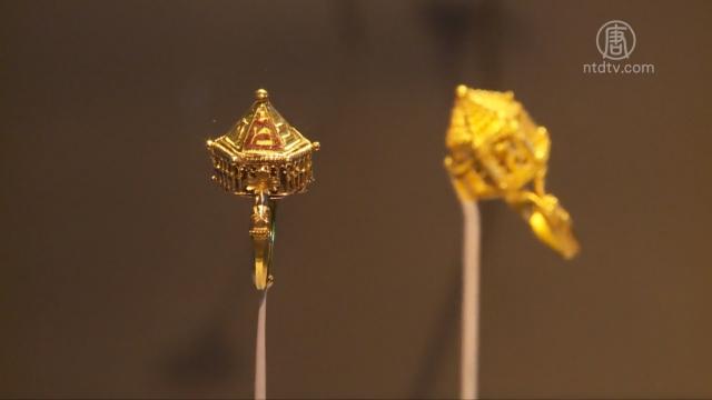 收藏品中,展出的一枚金戒指,是中世紀猶太家庭結婚戒指,更是世界上僅存的五枚之一。(新唐人電視台)