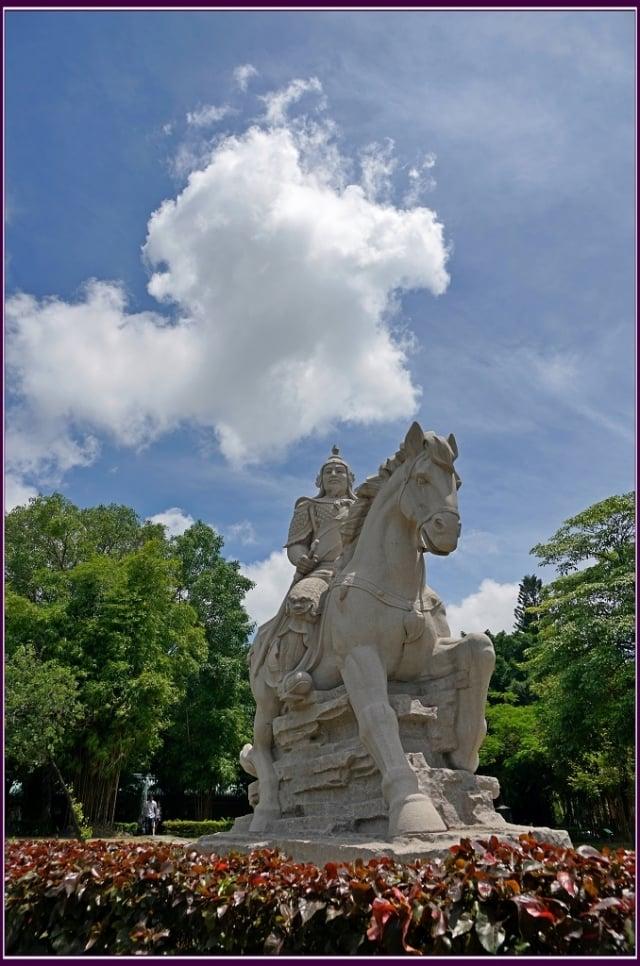孤臣半壁江山保,忠義干雲一英豪,浩氣磅礡傳千古,開台聖蹟滿寶島。(攝影/鄭清海)